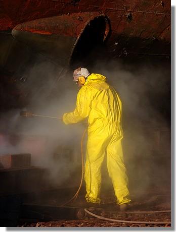 Sur l'air de travail du Slipway. Un ouvrier travaille au karcher sur la coque du Enez Sun. Photo prise le 15 octobre 2009. - © http://borddemer.over-blog.fr