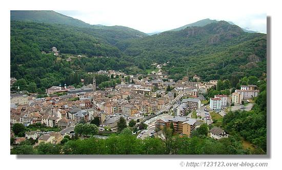 Ax les Thermes (Ariège) vue depuis la route de la station d'Ax 3 Domaines en juin 2007. - &cophttp://123123.over-blog.com