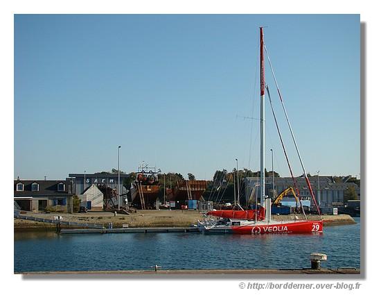 Le Véolia de Roland Jourdain en prépararion pour le Vendée Globe (port de Concarneau, le samedi 11 octobre 2008) - © http://borddemer.over-blog.fr