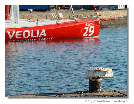 Le quai du port de Concarneau avec le Véolia de Roland Jourdain en préparation pour le Vendée Globe (le samedi 11 octobre 2008) - © http://borddemer.over-blog.fr