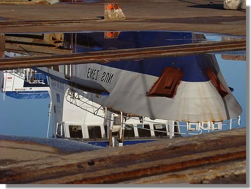 Reflets dans le port de Concarneau. On reconnait le Enez Sun, bateau de la Compagnie Penn Ar Bed, assurant la liaison Audierne - l'île de Sein. Il est actuellement hors de l'eau, sur le Slipway, pour y subir une refonte liée a de nouvelles normes de sécurité. Photo prise le 25 Octobre 2009. - © http://borddemer.over-blog.fr
