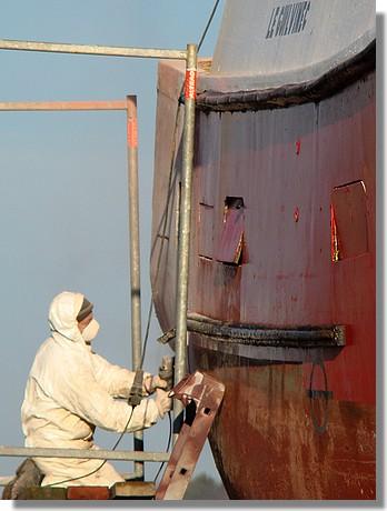 Travaux d'entretien sur un chalutier bigouden. Photo prise le 29 octobre 2009. - © http://borddemer.over-blog.fr