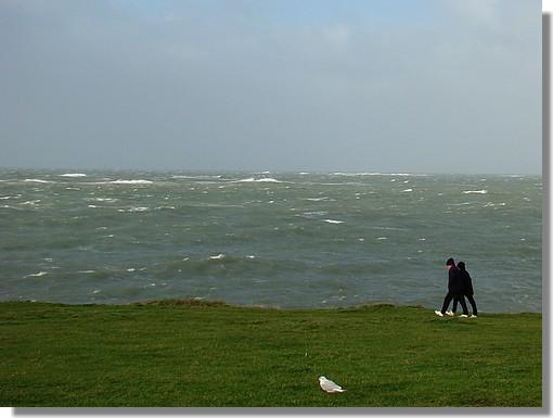 Un couple de marcheurs à la Pointe de Trévignon, un jour de tempête. Photo prise le 14 novembre 2009. - © http://borddemer.over-blog.fr