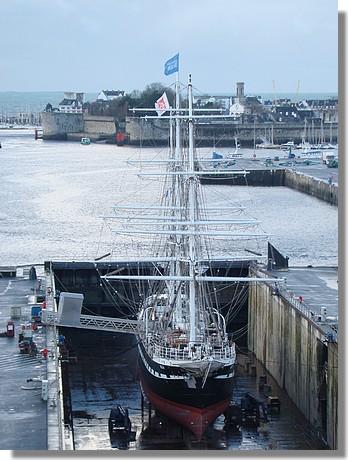 Le Bélem en cale sêche dans le port de Concarneau. Il doit y rester encore plusieurs jours. Photo prise le 28 novembre 2009 sous un ciel gris. - © http://borddemer.over-blog.fr