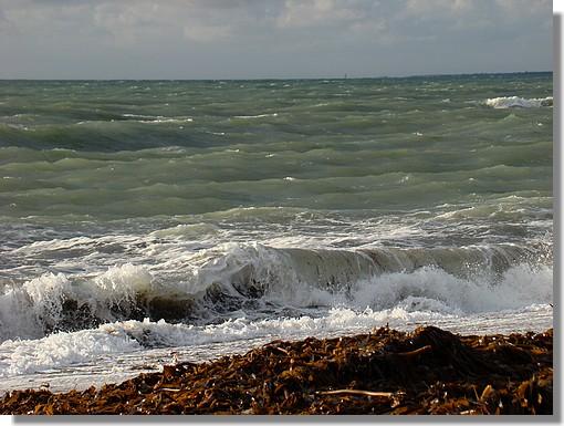 Une photo qui résume bien le mois de novembre et ce début décembre : mer agitée et ciel chargé avec quelques éclaircies. Photo prise le 29 novembre 2009. - © http://borddemer.over-blog.fr