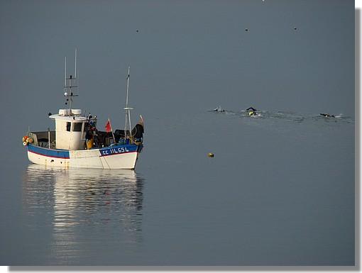Un pêcheur et des nageurs dans la baie de Concarneau. Photo prise le dimanche 13 décembre 2009. - © http://borddemer.over-blog.fr