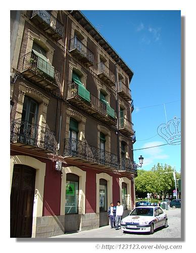 Une facade dans le centre de Jaca (Espagne, Aragon en juin 2008). - © http://123123.over-blog.com