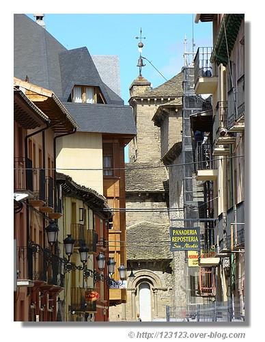 Une ruelle de la ville espagnole de Jaca (Aragon - juin 2008) - © http://123123.over-blog.com