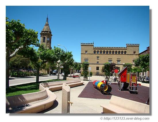 Le centre de Ayerbe (Aragon) sous un beau ciel bleu - été 2008. © http://123123.over-blog.com