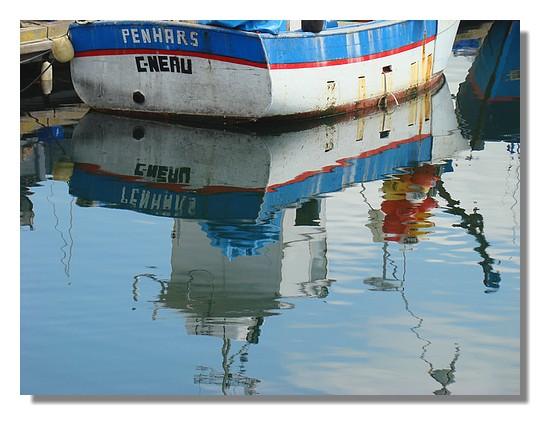 Reflets dans le port avec ce bateau de pêche. Photo prise le 21 juin 2009. - © http://borddemer.over-blog.fr