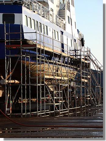 L'Enez Eussa III de la Compagnie Penn Ar bed en cours de transformation sur l'air de travail de l'élévateur, dans le port de Concarneau. Photo prise le 17 janvier 2010. - © http://borddemer.over-blog.fr