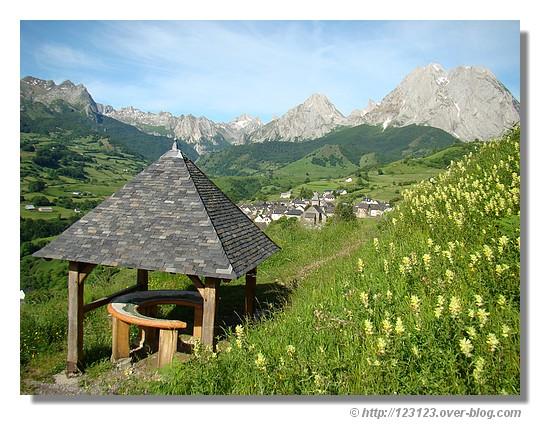 Un magnifique panorama sur le cirque de Lescun et le village - Juin 2008. © http://123123.over-blog.com