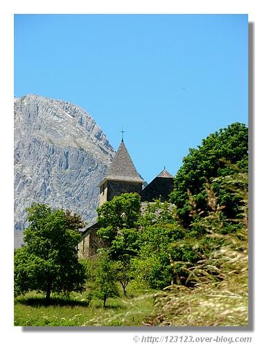 Le clocher du petit village de Lescun dans les Pyrénées Atlantiques. Photo prise en juin 2008. - © http://123123.over-blog.com
