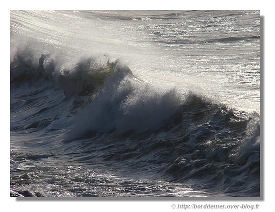 Une vague sur une plage de Trégunc (février 2009). - © http://borddemer.over-blog.fr