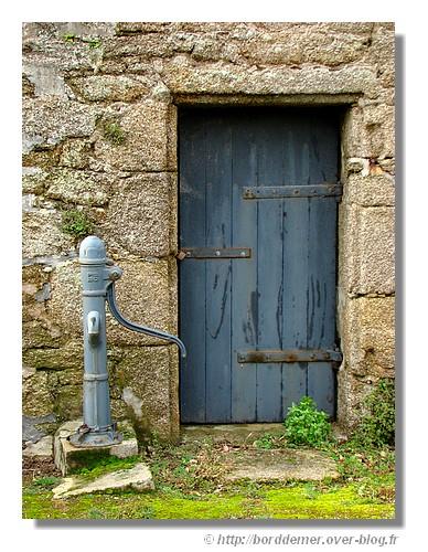 Une porte d'une maison bretonne. - © http://borddemer.over-blog.fr