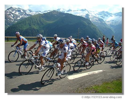 Passage du peloton de la Route du Sud cycliste, à 2 kms de l'arrivée à Luchon Superbagnère (Juin 2008 - Haute Garonne) - © http://123123.over-blog.com