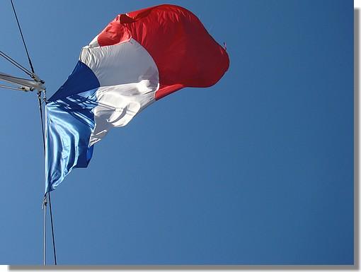 Le drapeau français avec un ciel tout bleu. Photo prise le samedi 25 juillet 2009 lors de la venue du Belem à Concarneau. - © http://borddemer.over-blog.fr