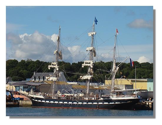 Le Belem dans le port de Concarneau. Photo prise le samedi 25 juillet 2009. Construit et lancé à Nantes en 1896, le Trois-mâts Belem a traversé trois siècles d'histoire maritime : d'abord comme navire de commerce, puis comme yacht de plaisance britannique, avant de devenir navire-école d'abord italien puis français depuis près de 30 ans. Le Belem continue de naviguer aujourd'hui grâce à l'engagement de la Fondation Belem et au mécénat du Groupe Caisse d'Epargne. Il est l'un des plus anciens grands voiliers naviguant au monde. (source : http://www.fondationbelem.com). - © http://borddemer.over-blog.fr
