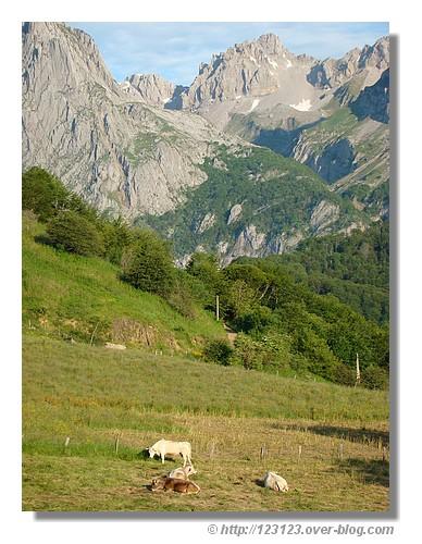 Au calme au pied des montagnes. Lescun - été 2008. © http://123123.over-blog.com