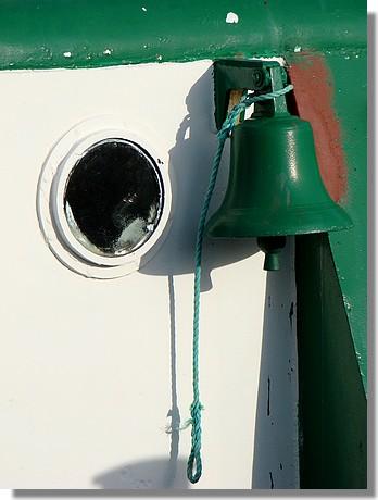 Une clochette sur le remorqueur du port, le Van Der Kemp II. Le 26 juillet 2009. - © http://borddemer.over-blog.fr