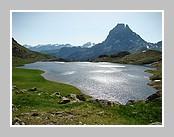 Le lac Gentau (1982 mètres d'altitude) et le pic du Midi d'Ossau. Un superbe panorama sur le cirque des lacs d'Ayous et le Pic du Midi d'Ossau. Juin 2008 - Pyrénées Atlantiques.