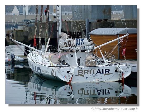 Britair à quai dans le port de Concarneau, le jeudi 19 février 2009 sous un ciel gris. 2ème du Vendée Globe 2009 avec Armel Le Cléac'h. Site officiel : http://www.voile.britair.fr/ - © http://borddemer.over-blog.fr