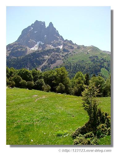 Le Pic du Midi d'Ossau vu pendant la randonnée aux lacs d'Ayous (Pyrénées Atlantiques, juin 2008). - © http://123123.over-blog.com