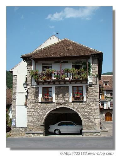 Un garage original dans le village de Hecho (Aragon - Espagne) - été 2008. © http://123123.over-blog.com
