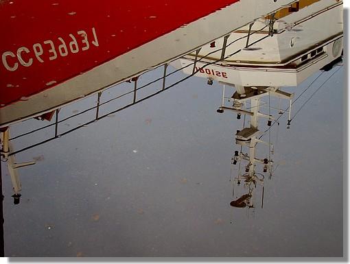 Le chalutier concarnois Iroise vu dans une flaque d'eau. Le dimanche 2 août lors de son carénage dans le port. - © http://borddemer.over-blog.fr