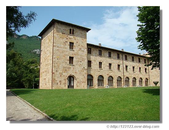 Le monastère de Leyre (Navarre - Espagne). Situé au pied de la sierra de Leyre, l'architecture de ce monastère a beaucoup influencé le développement de l'architecture monacale en Espagne. Il fut consacré en 1057. Il tomba dans l'oubli au XIXe siècle, jusqu'à ce que les moines bénédictins de Santo Domingo de Silos y restaurent la vie monastique en 1954. Il devint une abbaye autonome en 1979 (source : http://www.spain.info). - été 2008. © http://123123.over-blog.com
