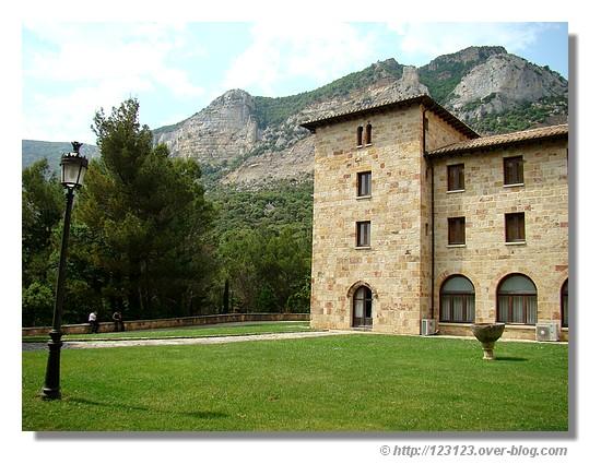 Situé au pied de la sierra du même nom et à 50 km de Pamplona, le monastère de Leyre abrite de magnifiques trésors comme une crypte du XIème siècle, une voûte gothique, un porche parfait du XIIème siècle. - © http://123123.over-blog.com