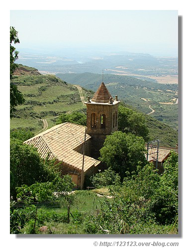 Santa Eulalia de la Peña avec la vue sur la vallée et son église paroissiale de San Mamés qui date du XVIIIième siècle - été 2008 dans les Pyrénées Atlantiques. © http://123123.over-blog.com