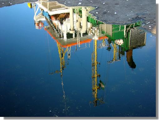 Reflets colorés du Moniflor dans le port de Concarneau. Photo prise le 11 août 2009. - © http://borddemer.over-blog.fr