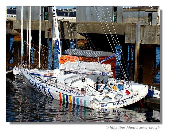 Le Foncia de Michel Desjoyeaux à quai dans le port de Concarneau. Photo prise le mardi 10 février 2009, au retour des Sables d'Olonnes. - © http://borddemer.over-blog.fr