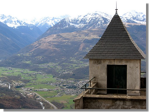 Vue sur la vallé d'Argelès Gazost depuis le sommet du Pibeste, dans les Hautes Pyrénées. On reconnait au premier plan l'ancienne gare du téléphérique. Photo prise en mars 2008. - &cophttp://123123.over-blog.com