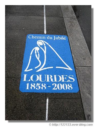 Marquage sur le sol. Lourdes et la visite du Pape ce week end (photo prise en mars 2008) - © http://123123.over-blog.com