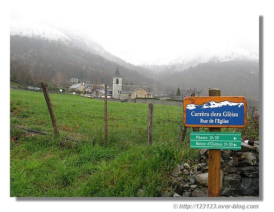 Ouzous, petit village des Pyrénées situé au pied du Pibeste dans les Hautes Pyrénées près d'Argelès-Gazost (mars 2008) - © http://123123.over-blog.com