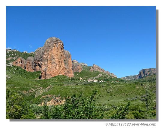Le village de Riglos au pied des Mallos (Aragon) (juin 2008). - &cophttp://123123.over-blog.com
