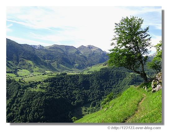 Vue sur le plateau de Lhers pendant notre randonnée vers le belvédère de Lescun (Pyrénées Atlantiques, juin 2008) - © http://123123.over-blog.com