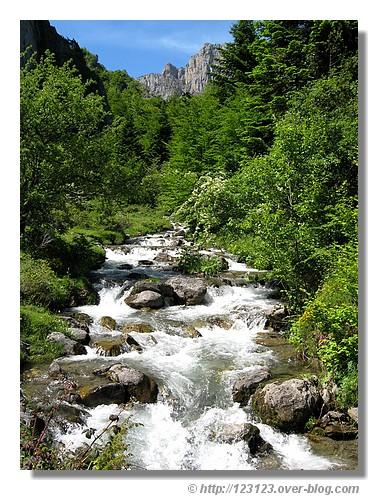 Cascade dans la jolie vallée d'Aspe (Pyrénées Atlantiques - juin 2008) - © http://123123.over-blog.com