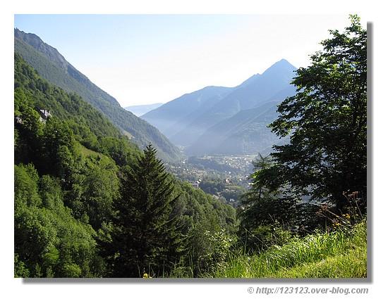 Vue sur la vallée de Cauterets depuis la ferme de Cambasque. Photo prise en juin 2008 lors du passage de la Route du Sud Cycliste - © http://123123.over-blog.com