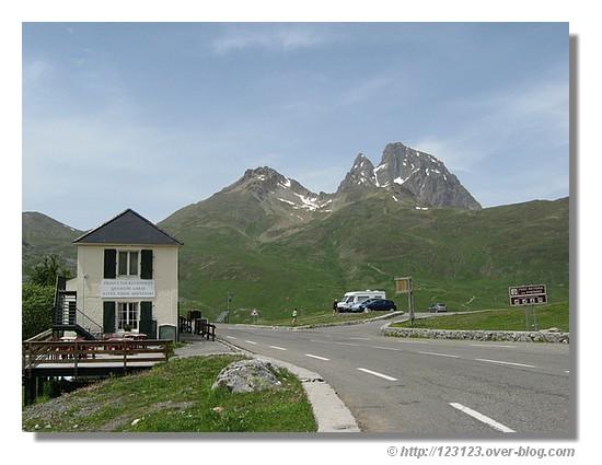 1794 mètres d'altitude, avec le Pic du Midi d'Ossau<br /> en arrière plan. Ce col est un passage frontalier entre<br /> la vallée d'Ossau et le val de tena - Juin 2008. © http://123123.over-blog.com