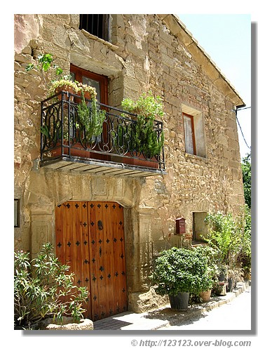 Facade dans le village de Sabayés en Aragon - été 2008. © http://123123.over-blog.com