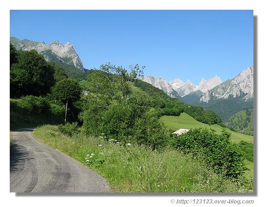 Petite route au coeur du Cirque de Lescun dans la vallée d'Aspe (été 2008) - © http://123123.over-blog.com