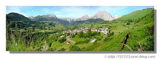 Le cirque de Lescun avec au premier plan le village. (Pyrénées Atlantiques, juin 2008). Utilisation de 4 photos. - &cophttp://123123.over-blog.com