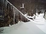Stalactiques dans le village de Viscos (Hautes Pyrénées). Hiver 2007.