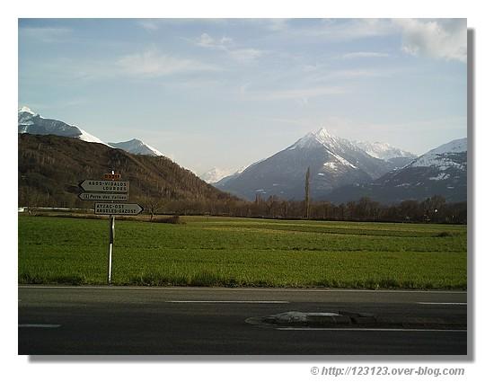 Vue sur les sommets de la vallée d'Argelès Gazost en mars 2007. La photo est prise de la route menant au petit village d'Ouzous. - © http://123123.over-blog.com
