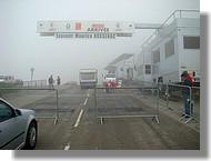 Installation de l'aire d'arrivée aux Monts d'Olmes, dans le brouillard.