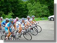 Passage du gruppeto (dernier peloton) avec les coureurs de la Française des Jeux en premières positions.
