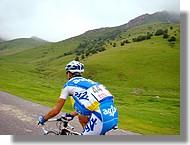 Carl Naibo (AG2R) pendant l'ascension de la Hourquette d'Ancizan.